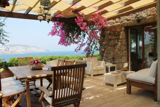 Villa for sale in Bodrum at the edge of water