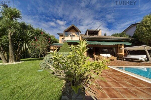 Luxury Zekeriyakoy villa with pool and huge gardens