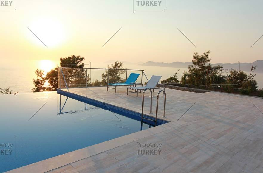 Ample pool terrace and infinity