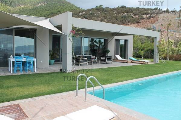 Great design and features this modern property in bodrum for Luxury bungalow designs