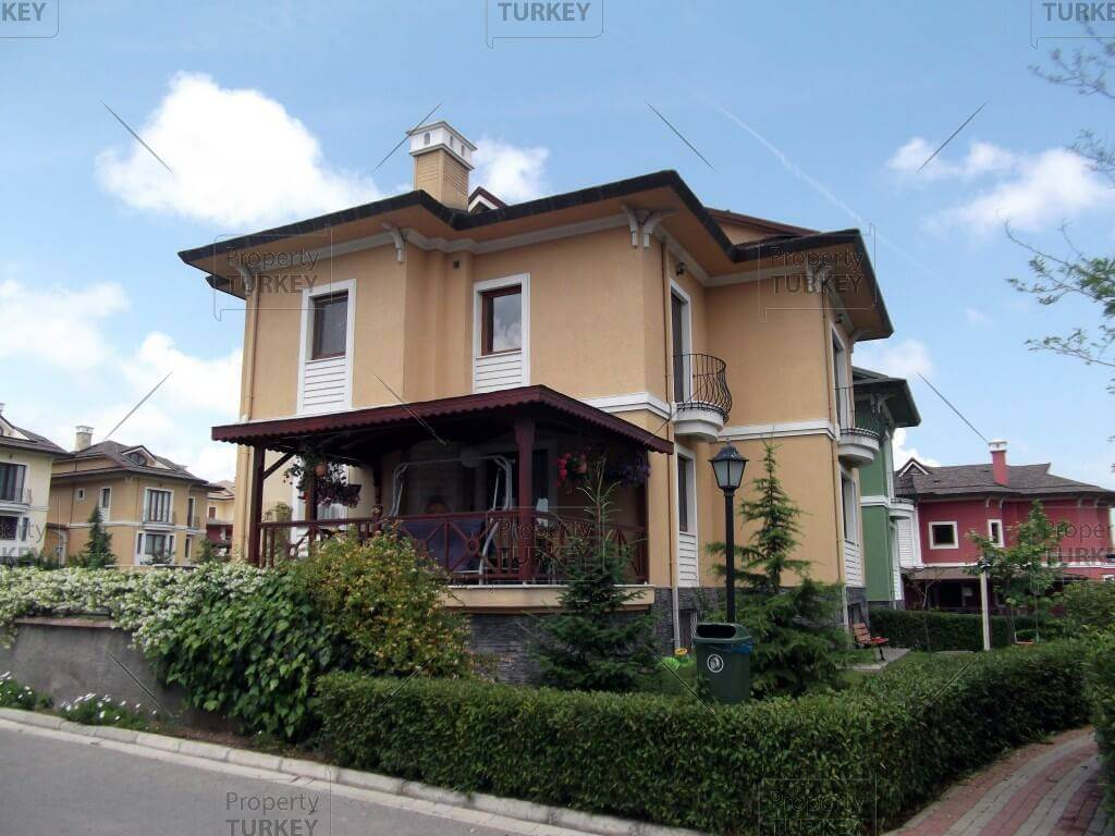 Colourful houses for sale in istanbul zekeriyakoy for Amida house istanbul