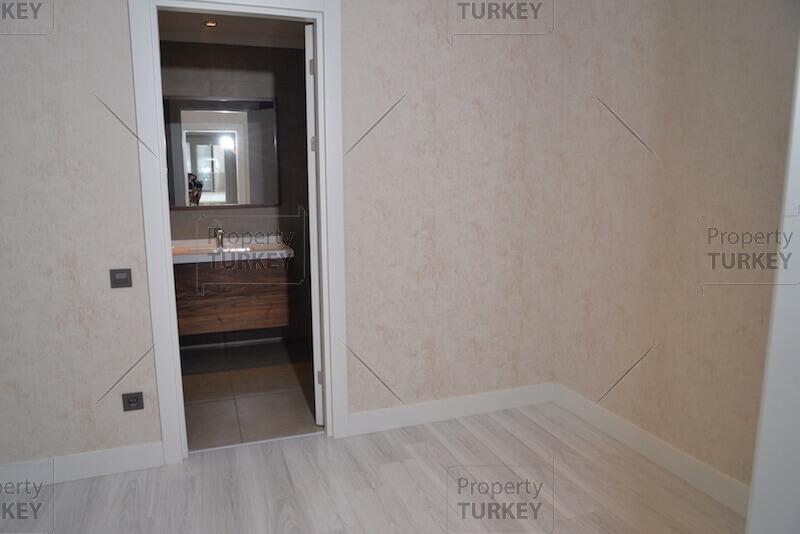 Large bedroom with en-suite bedroom