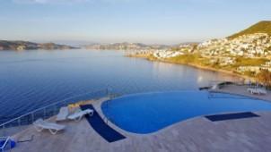 Views and swimming pool